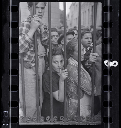 Crowds at the gate of the morgue after the air raid, Valencia May 1937 by Gerda Taro. Source: icp.org