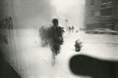 Photo by Saul Leiter . Source: howardgreenberg.com